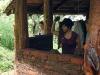 12. Eli construyendo con barro en Inan Itah