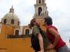 06. Robando un beso en la puerta de la catedral