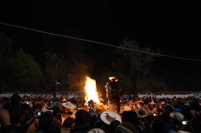 La gente rodeando el fuego