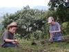 Ilán y Merlín jugando con ramitas