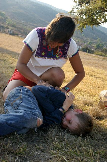 Eli le hace cosquillas a Ilán