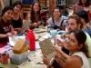 El grupo del Bosque Village en taller de papel reciclado